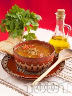 Класическа чорба / супа от леща, домати, моркови и чесън със запръжка от брашно и червен пипер - снимка на рецептата